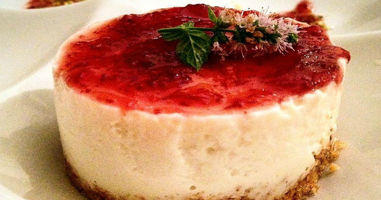 Cheesecake allo yogurt e salsa ai mirtilli